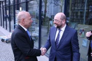 Schulz_handshake_klein