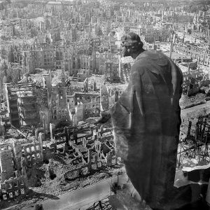 Dresden 1945 (c) Pöppelmann, Peter (Bildhauer) Deutsche Fotothek