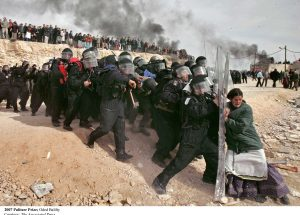 Jewish settlers vs. Israeli security officers at the evacuation of Amona settlement Knight Foundation / 12346085195_4973f0a4bf_o / Flickr / (CC BY-SA 2.0) / https://creativecommons.org/licenses/by-sa/2.0/