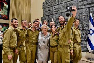 Nechama Rivlin, wife of Israel's president, with soldiers Tomer Reichman () / GPO Israel (CC BY-SA 3.0) https://creativecommons.org/licenses/by-sa/3.0/deed.en